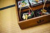 Kleine Gerichte aus Fisch und Gemüse im Kaiseki-Stil (Japan)