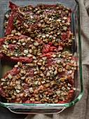 Rohe Steaks in Zwiebel-Kräuter-Marinade in einem Glasgeschirr
