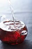 Tee mit kochendem Wasser aufgiessen