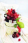 Verschiedene Beeren und Kirschen im Becher