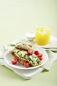 Eiweiss-Omelett mit Spinat & Ricotta auf Vollkornbrötchen