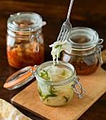 Drei Arten von Kimchi in Einmachgläsern