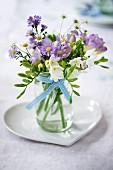 Kleiner Blumenstrauss in herzförmiger Schale zur Hochzeit