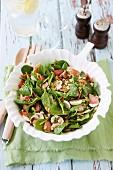 Blattspinatsalat mit Pilzen, Speck & Pinienkernen