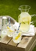 Limonade auf einer Holzkiste im Garten