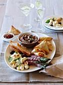 Vorspeisenplatte mit Teigtäschchen, Spargel, Mozzarella & Dip