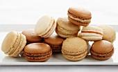Verschiedene Macarons auf Servierplatte