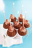 Gugelhupf-Cupcakes mit Geburtstagskerzen