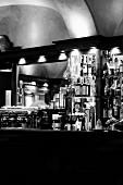 Innenaufnahme einer italienischen Bar mit Flaschen und Espressomaschine