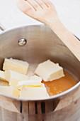 Butter, Zucker und Honig in einer Pfanne mit Pfannenwender
