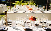 Glasses and table decorations for an open air wedding