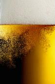 Kohlensäurebläschen im Bierglas (Close Up)