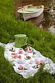 Romantisches Picknick mit Rosen und Windlicht