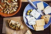 Brotzeit mit Käse, Oliven, Pilzen und Biscuits
