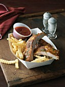 Spare ribs with chips and ketchup