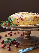 Cranberrykuchen auf Kuchenständer