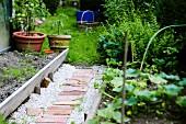 Weg zwischen Gemüsebeeten im Garten