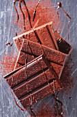 Schokoladentafeln, Schokosauce und Kakaopulver