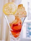 Eisbecher mit Fruchteis, Pampelmusen und Mandelkrokant