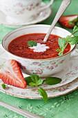 Erdbeer-Tapioka-Sommersuppe mit Minze in Porzellantasse