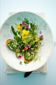 Würziger Kräutersalat mit Blüten und Schnittlauch-Croutons
