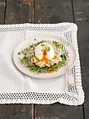 Pochiertes Ei mit Schinkensalat und Sprossen