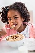 Mädchen isst Cerealien zum Frühstück