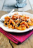 Penne pasta with cauliflower, raisins and tomato sauce