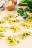 Flavoured pasta: farfalle with egg and pesto
