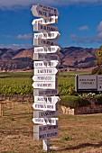 Hinweisschilder zu den Weingütern im Edna Valley mit den Santa-Lucia-Bergen (San Luis Obispo, Kalifornien)