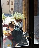 Leute in einem Stadtrestaurant in Massa Marittima (Toskana, Italien)