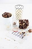 Biscotti mit Cashews und Milchschokolade, Milchglas