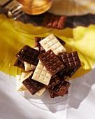 Viele kleine Schokoladentafeln auf Glasteller