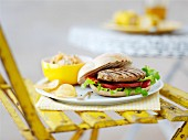 Grilled turkey burger with potato chips