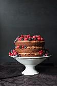 Schokoladenkuchen mit Cremeschichten und frischen Beeren