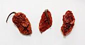 Drei getrocknete Bhut Jolokia (Naga Jolokia) Chilischoten