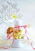 Ei im goldenen Eierbecher und Muffin zu Ostern