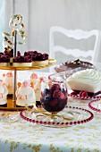 Weihnachtsbuffet mit verschiedenen Desserts