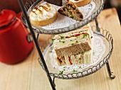 Sandwiches auf Etagere zur Teatime
