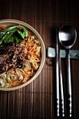 Gemüsesuppe mit gedünstetem Paksoi, Chinakohl, Möhren und Röstzwiebeln (Asien)