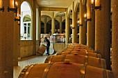 Arbeiter rollen Weinfass im Weinkeller von Haras de Pirque, Pirque, Maipo Valley, Chile