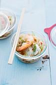 Asiatische Nudelsuppe mit Garnelen & Geflügel im Glas gegart