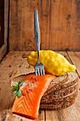 Geräuchertes Lachsfilet mit Zitrone auf Roggenbrot