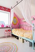 Himmelbett mit türkisem Retro Metallgestell und drapierter Vorhang auf Stange von Decke abgehängt, in nostalgischem Kinderzimmer