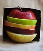 Verschiedene Apfelscheiben in einer Box