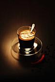 Espresso in Glastasse, daneben Chilischote