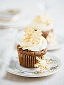 Schokoladencupcake mit Buttercreme und weihnachtlicher Zuckerdeko