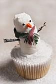 Schneemann-Cupcake mit Puderzucker zu Weihnachten