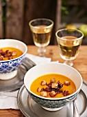 Apfel-Kürbis-Suppe mit Bacon und Croutons