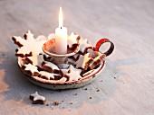Zimtsterne in einem alten Kerzenhalter